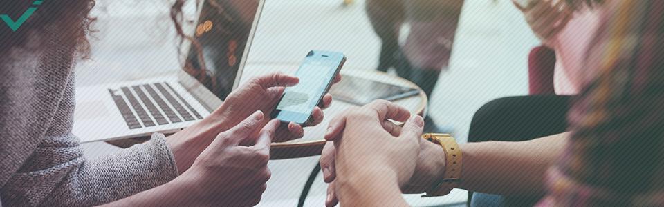 El siguiente paso es conocer quiénes son tus clientes, ya que los diferentes grupos demográficos prefieren diferentes plataformas sociales.